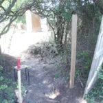 4 bastaing de palette enfoncés dans le sol d'au moins 60cm