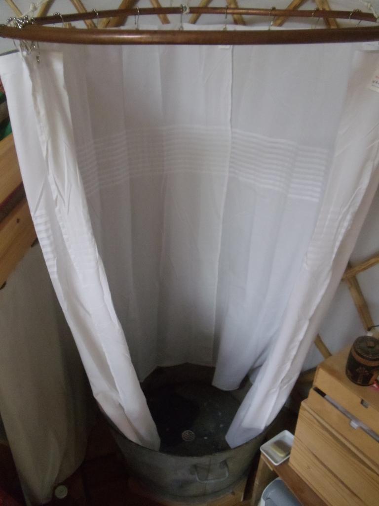 douche sans eau courante dans la yourte david mercereau. Black Bedroom Furniture Sets. Home Design Ideas