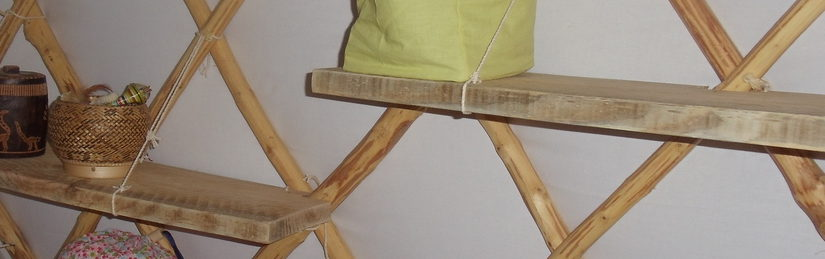 Une étagère sur un treillis de yourte